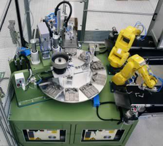 Immagine realizzazione Isola robotizzata di assemblaggio angolari di giunzione CTF Automazioni Srl