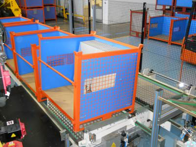 Immagine realizzazione  Isola di scarico fianchi lavastoviglie mediante l'utilizzo di robot antropomorfo CTF Automazioni Srl